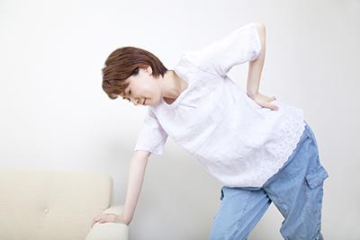 腰痛から背骨・骨盤のゆがみに繋がる可能性あり